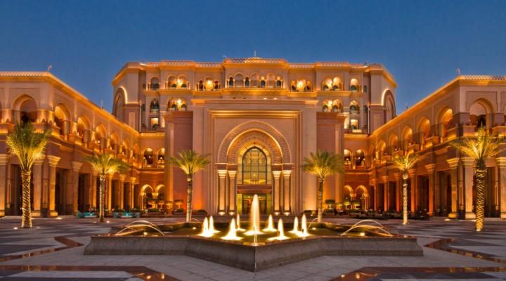 Emirates Palace. Un jour, une fille, un sept étoiles, mille possibilités.