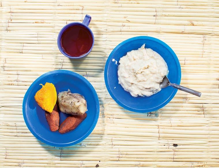 Farine de maïs bouillie appelée phala, beignets frits de farine et maïs, patates douces bouillies et citrouille, jus à base de fleurs d'hibiscus séchées