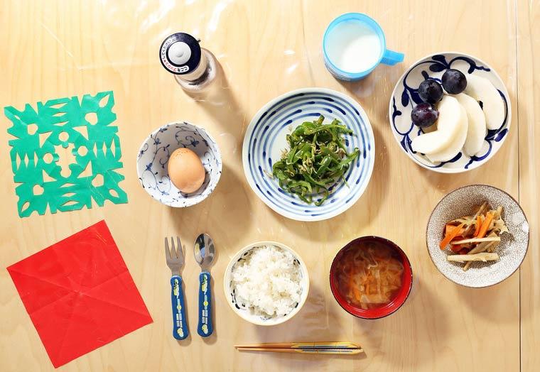 Poivrons verts sautés, poissons séchés, oeuf cru à la sauce de soja sur riz chaud, lotus, racines et carottes sautées (kinpira), soupe miso, raisins, poire asiatique et lait