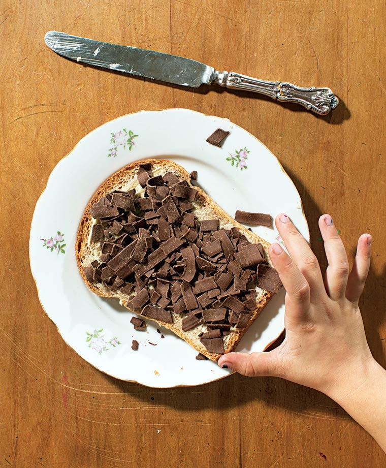 Verre de lait et pain de mie avec copeaux de chocolat