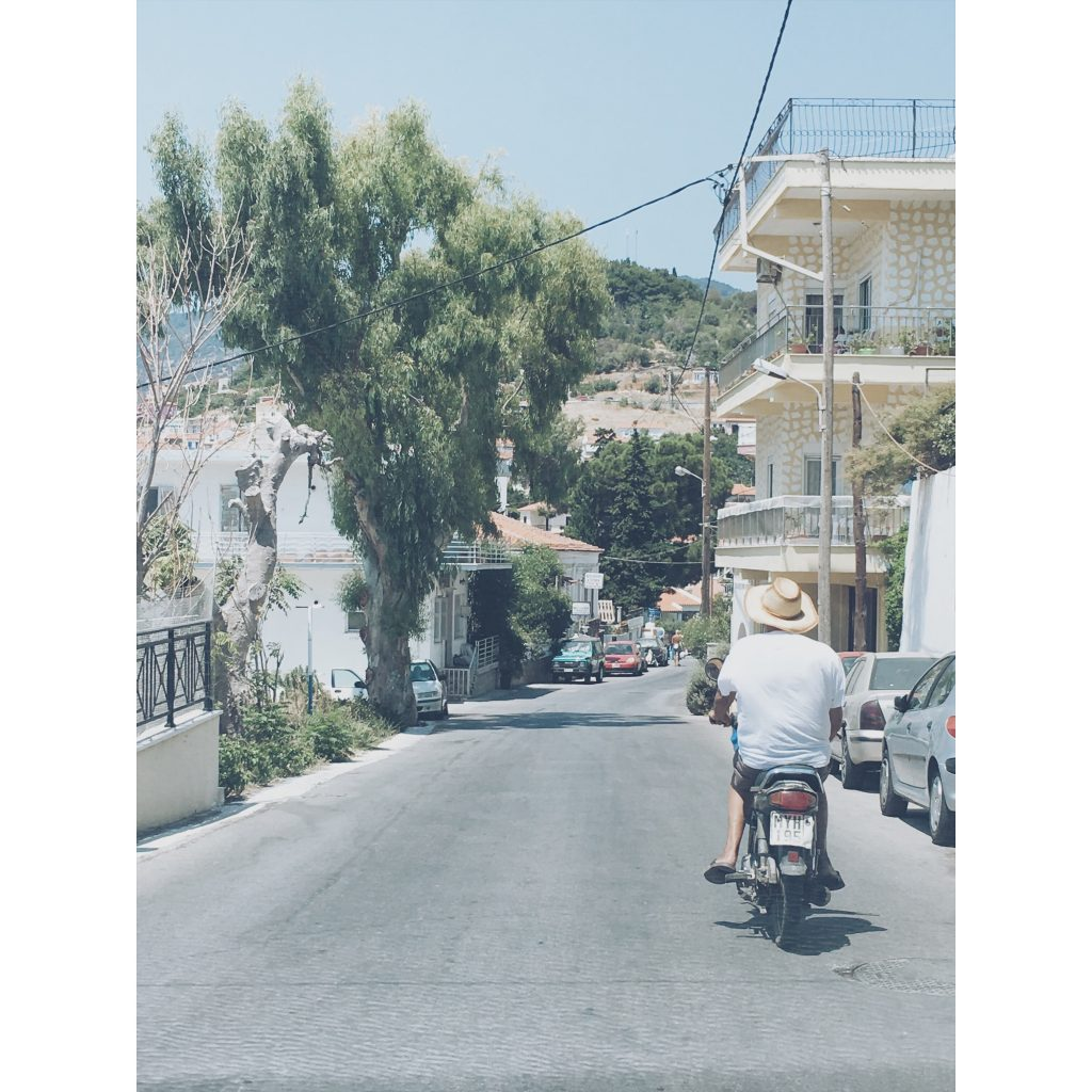 grece-lesvos-scooter-moto-homme-route-maison