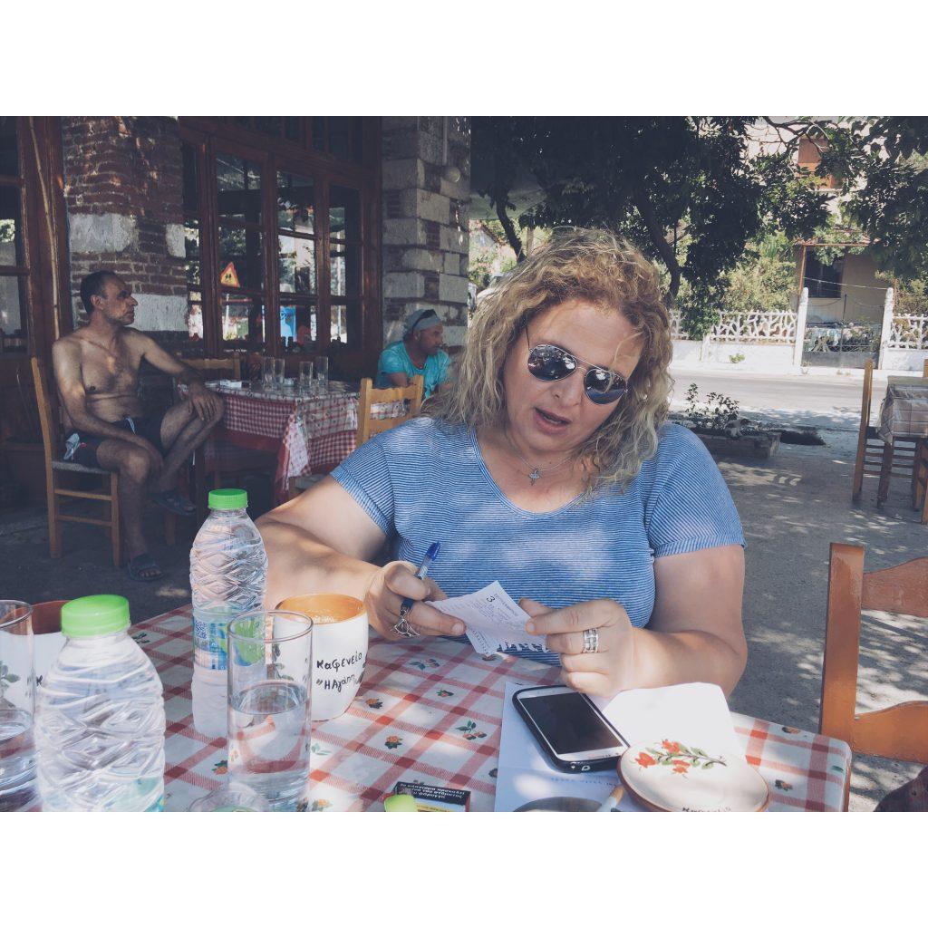 grece-lesvos-femme-grecque-terrasse-bleu-lunettes-de-soleil