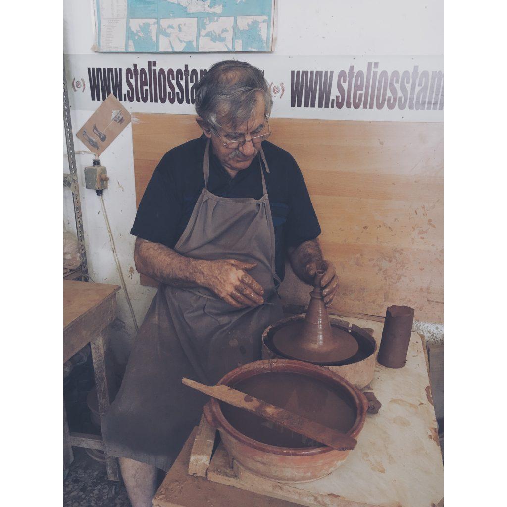 grece-lesvos-vieil-homme-poterie-travail-marron