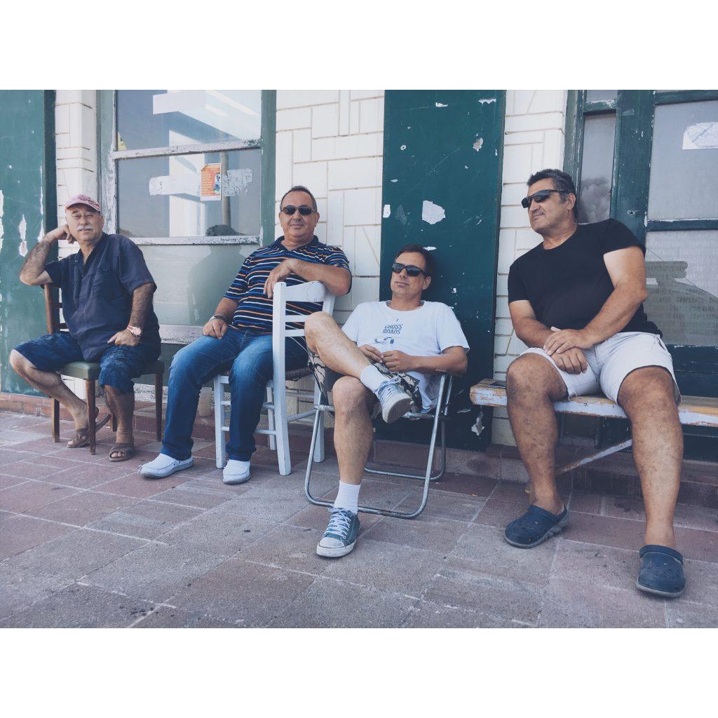 grece-lesvos-hommes-grecs-terrasse-locaux