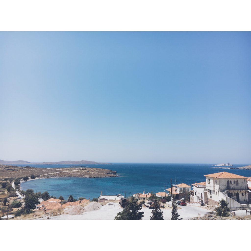 grece-lesvos-paysage-bleu-maison-blanche-orange-village