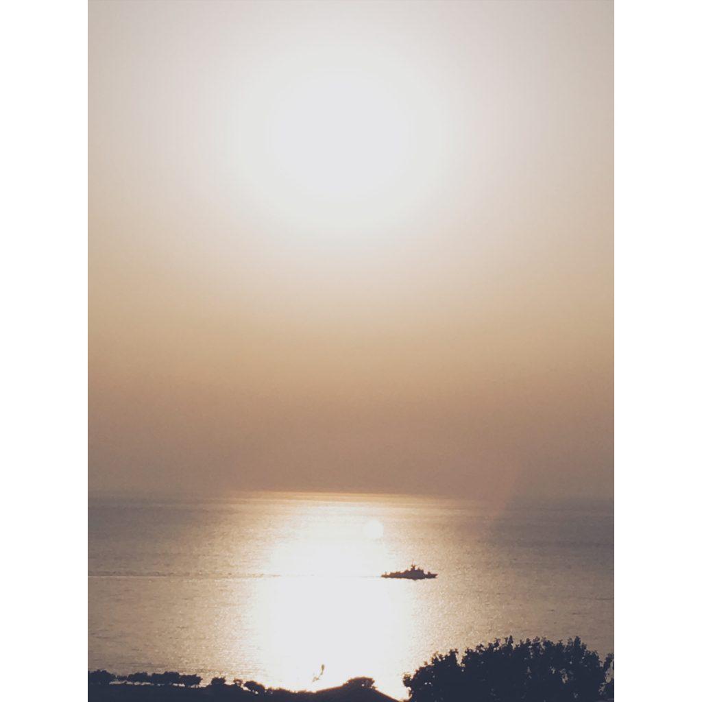 grece-lesvos-coucher-de-soleil-orange-bateau