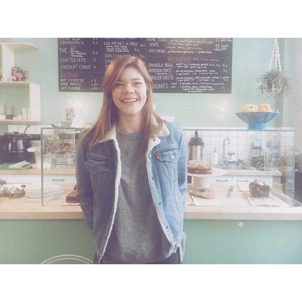 femme look veste en jean levis aloha café déco murs verts peintue verte cookies gateaux déjeuner restaurant fille cheveux long coupe chatain clair reflets dorés