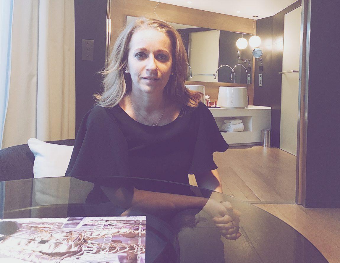 femme blonde coiffure chambre hôtel magazine rideaux salle de bain portrait lumière visage serre tête
