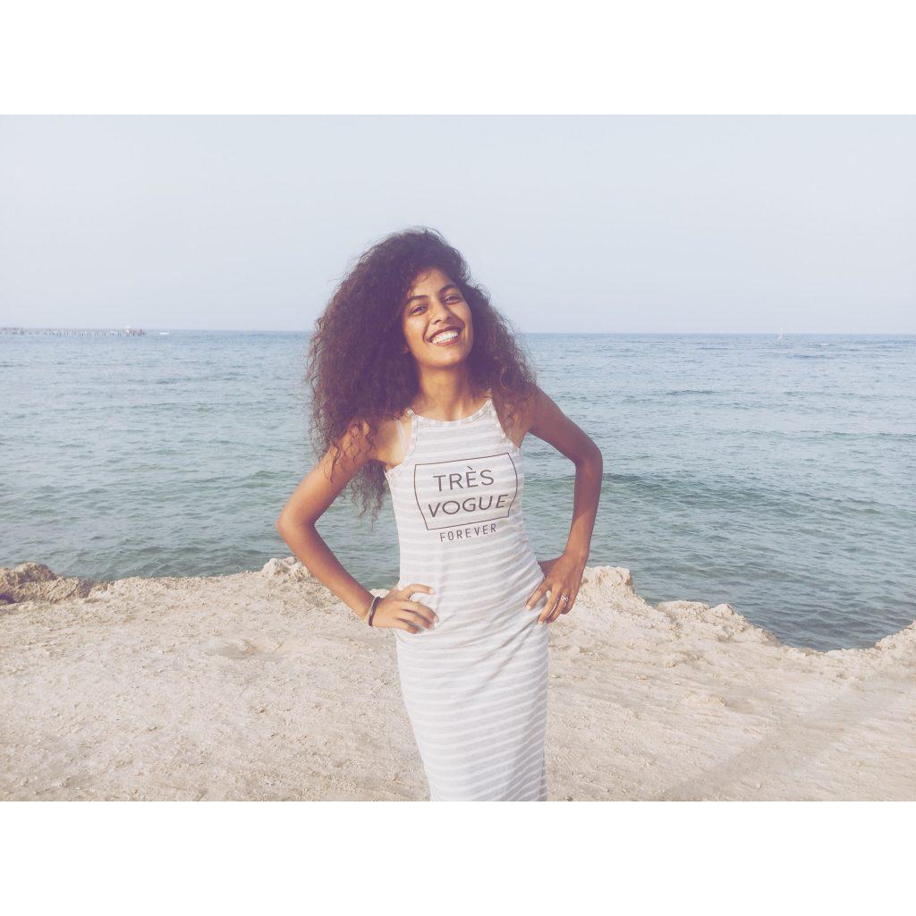 femme cheveux frises longs boucles robe longue moulante rayures mer plage ciel bleu sourire rire