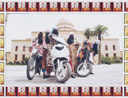 femme voilée voile couleurs moto Hassan Hajjaj regard fond colore vert