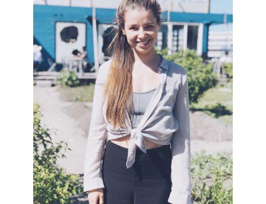 femme blonde cheveux longs yeux clairs terrasse exterieur jardin potager roof top nature look top cache coeur coiffure queue de cheval femme sourire hollandaise