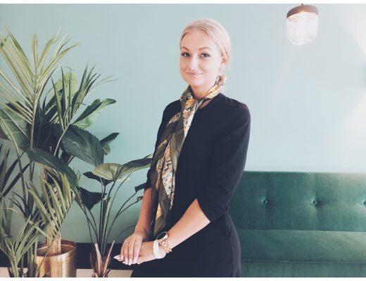 femme blonde vert hotel palmier canapé vert salon lumière foulard tailleur montre bracelet sourire portrait photo chignon
