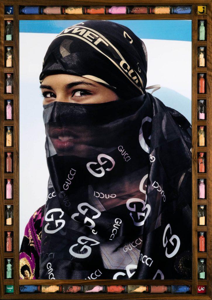 femme voilée voile couleurs moto Hassan Hajjaj regard fond colore noir