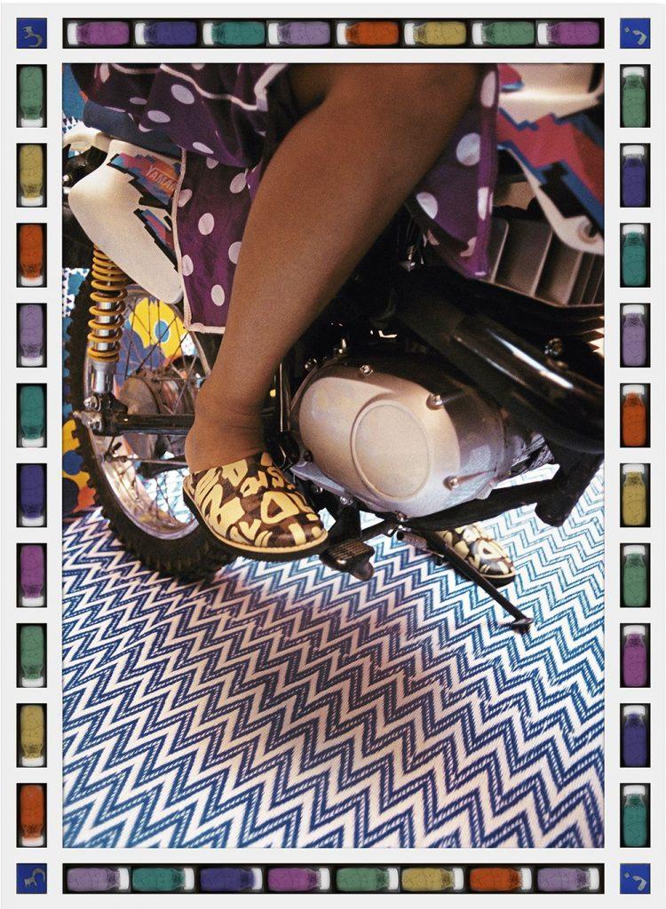 femme voilée voile couleurs moto Hassan Hajjaj regard fond colore babouches