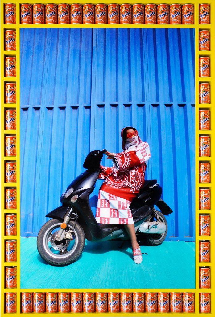 femme voilée voile couleurs moto Hassan Hajjaj regard fond colore bleu jaune