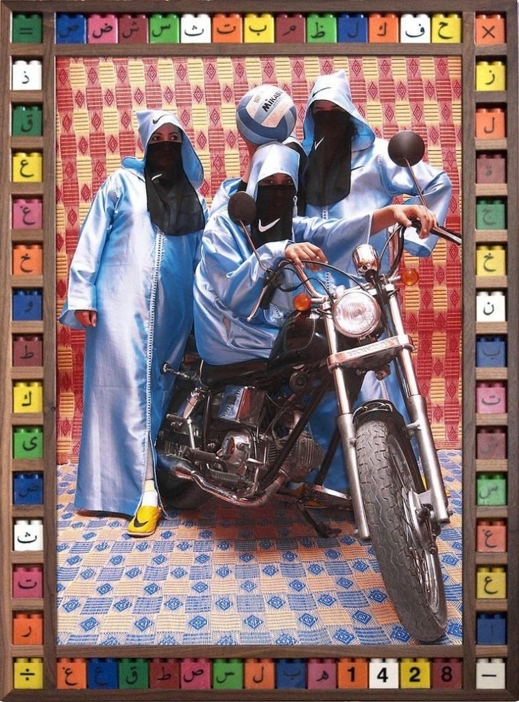 femme voilée voile couleurs moto Hassan Hajjaj regard fond colore djellaba