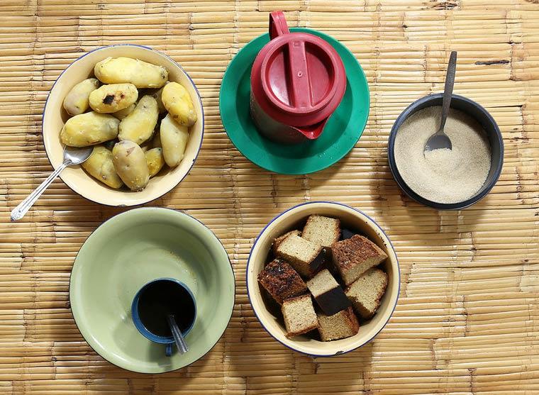 Pain au maïs (chikondamoyo), pommes de terre cuites à l'eau, thé noir