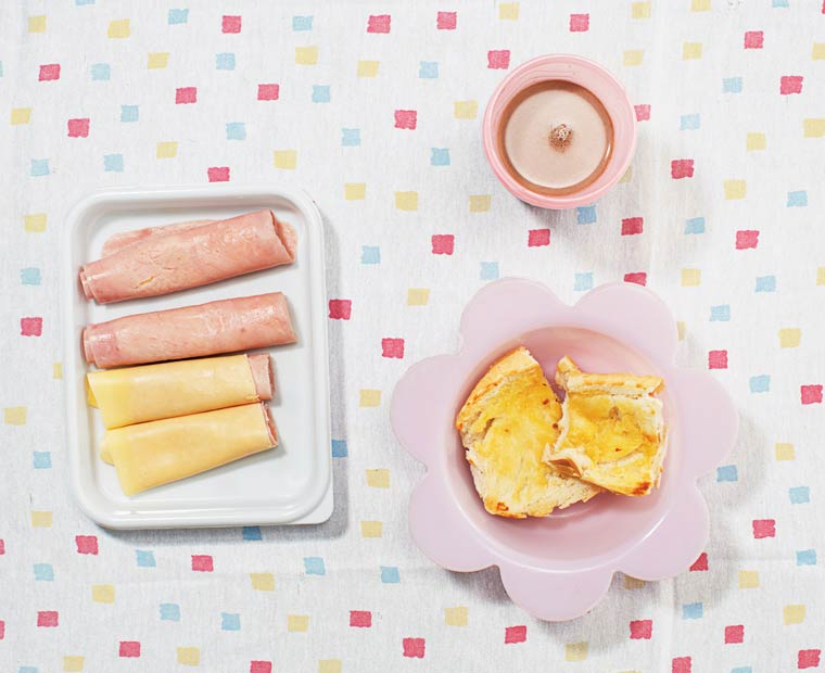 Chocolat au lait, café au lait, pain, beurre, jambon et fromage (pão com manteiga)