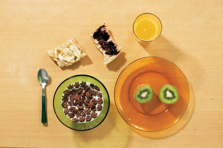 Kiwi, jus d'orange frais, lait et céréales, tartines de beurre et confiture