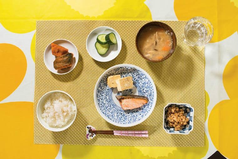 Riz blanc, soupe miso, courge mijoté, concombre mariné, omelette et saumon grillé.