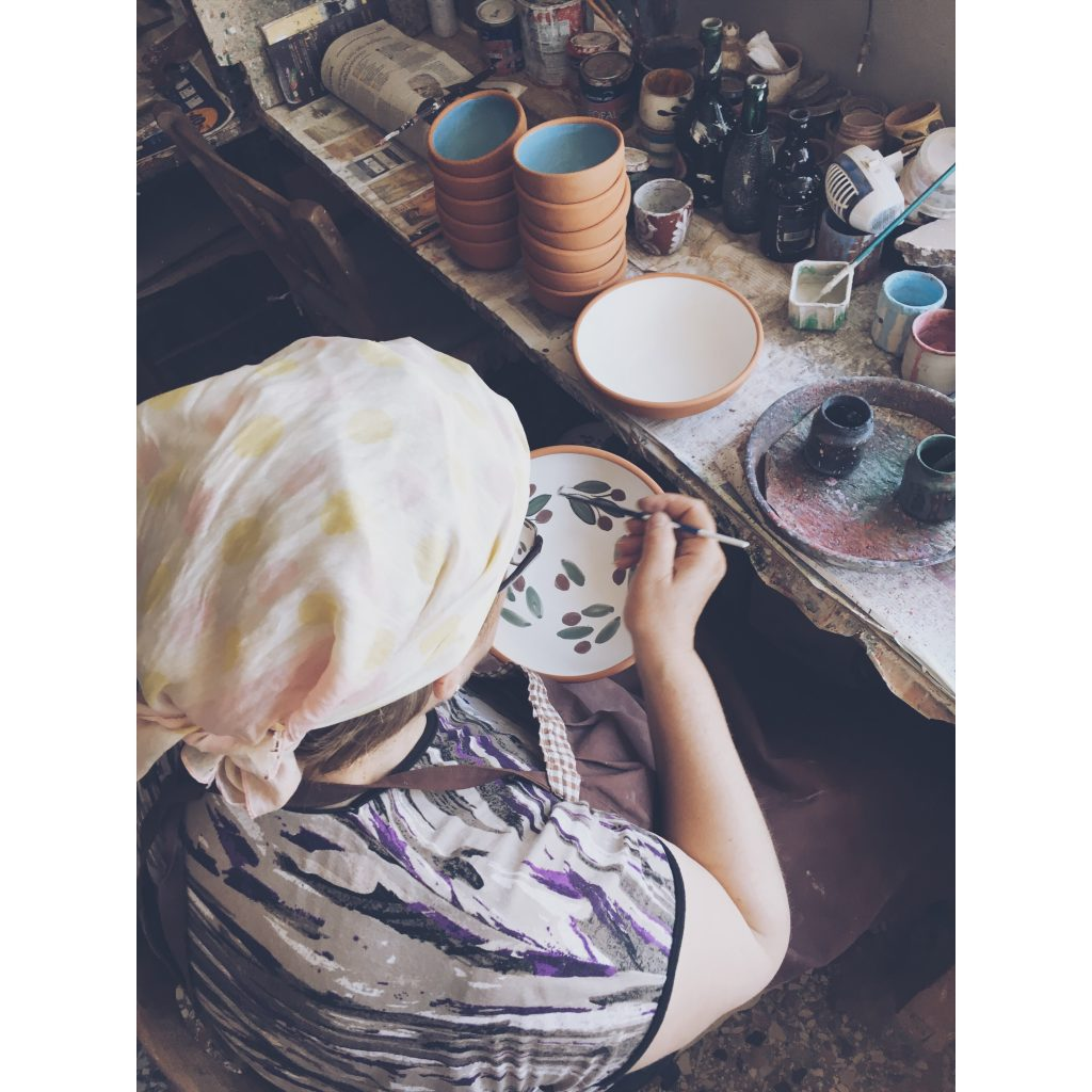 grece-lesvos-femme-poterie-peinture-feuilles-couleurs