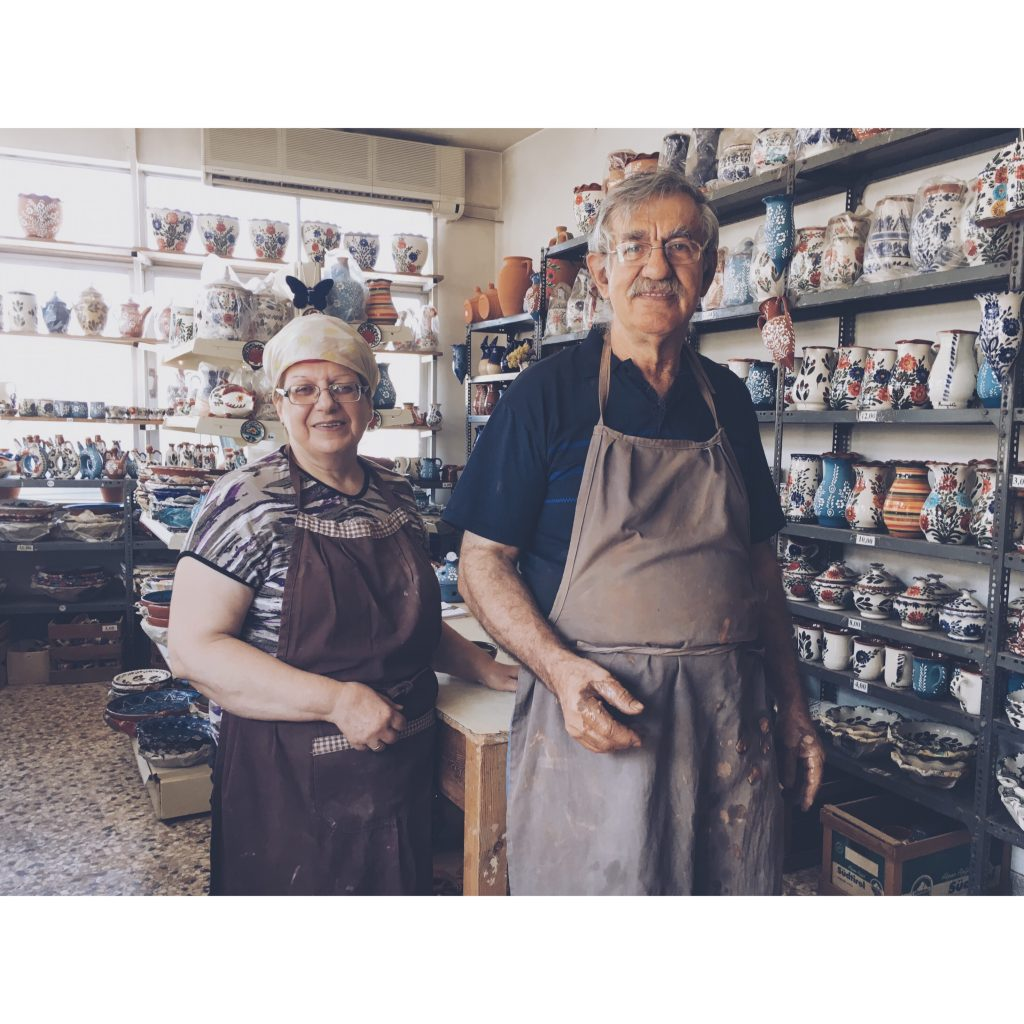 grece-lesvos-couple-poteries-peinture-magasin-moustache