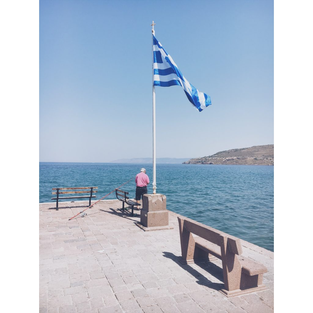 grece-lesvos-drapeau-grec-mer-pecheur