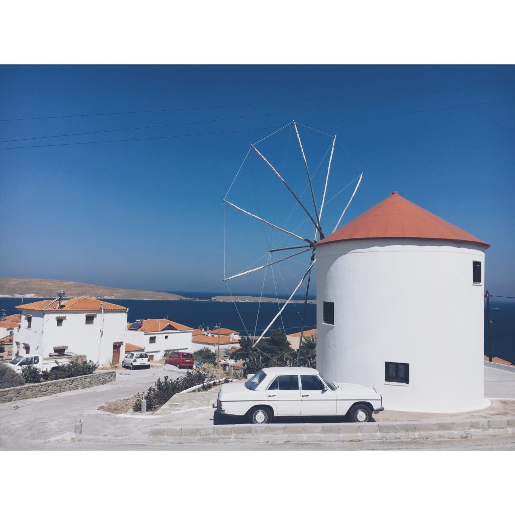 grece-lesvos-moulin-voiture-mer-bleu