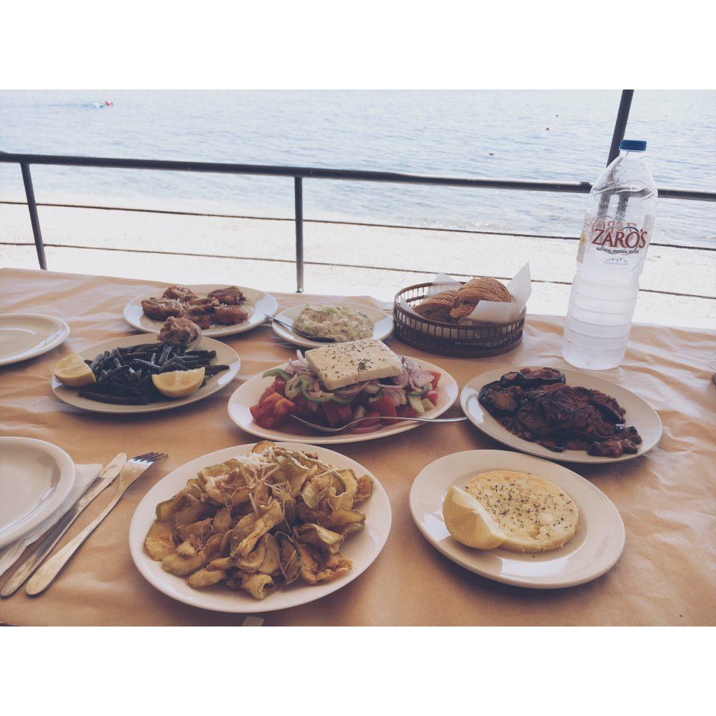 grece-lesvos-mezzesplage-bouteille-table-repas