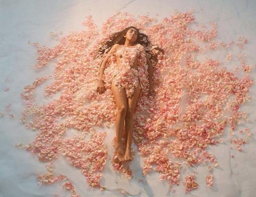 fleurs pétales femme nue cheveux longs artiste artistique artiste marbre couleur pastel