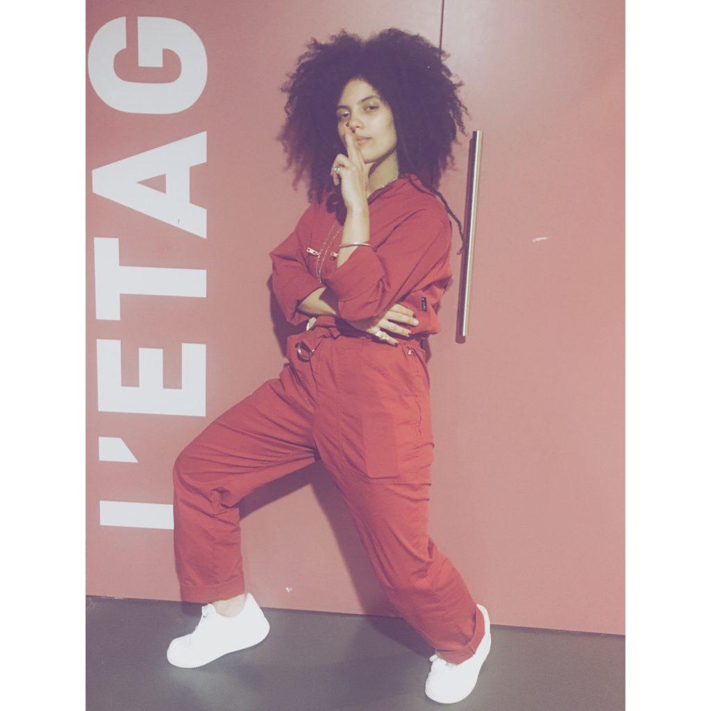 femme cheveux crepus coiffure combinaison rouge baskets blanches nike pose l'etage rennes concert shooting photo lisa kainde diaz ibeyi