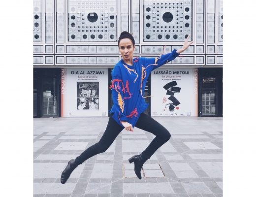 femme brune institut du monde arabe ample chahbi Jamel comedy club interview humoriste bonheur saut pull bleu bottines noires