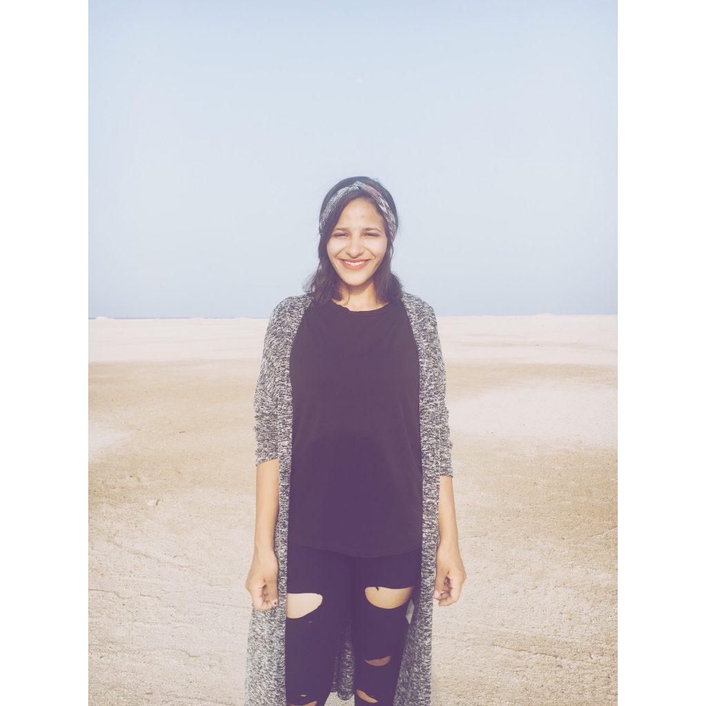 femme Egypte égyptienne plage look gilet gris bandeau cheveux ciel bleu sable mer femme brune