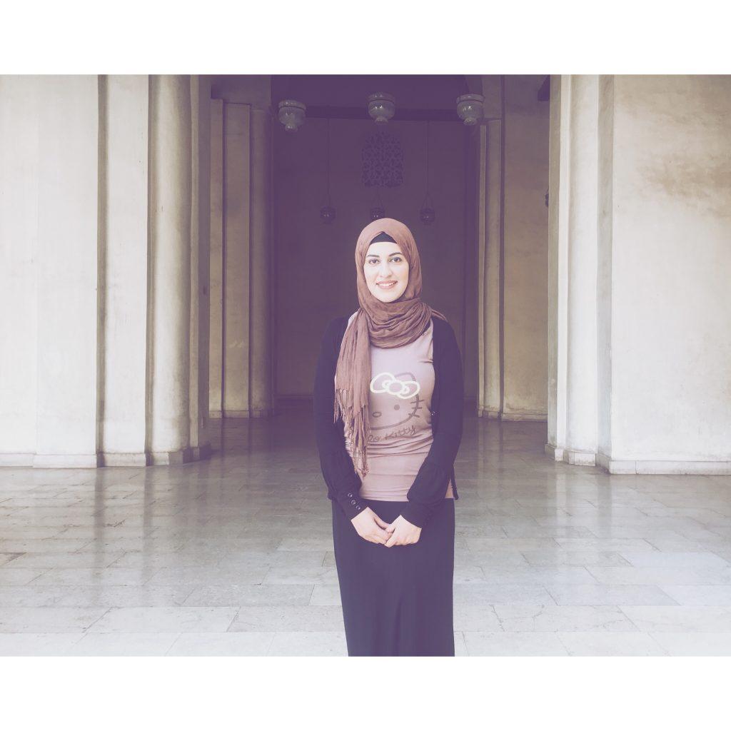 femme voile voilée Egypte égyptienne mode look voile marron mosquee portrait sourire jupe noire