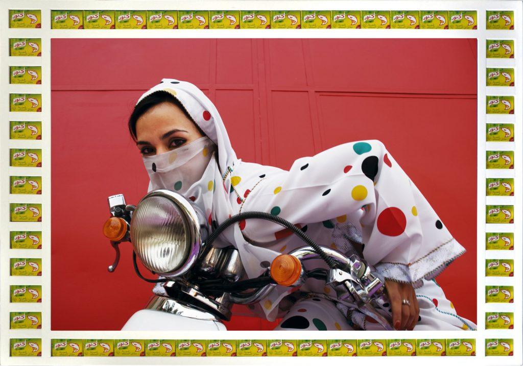 femme voilée voile couleurs moto Hassan Hajjaj regard fond colore rouge