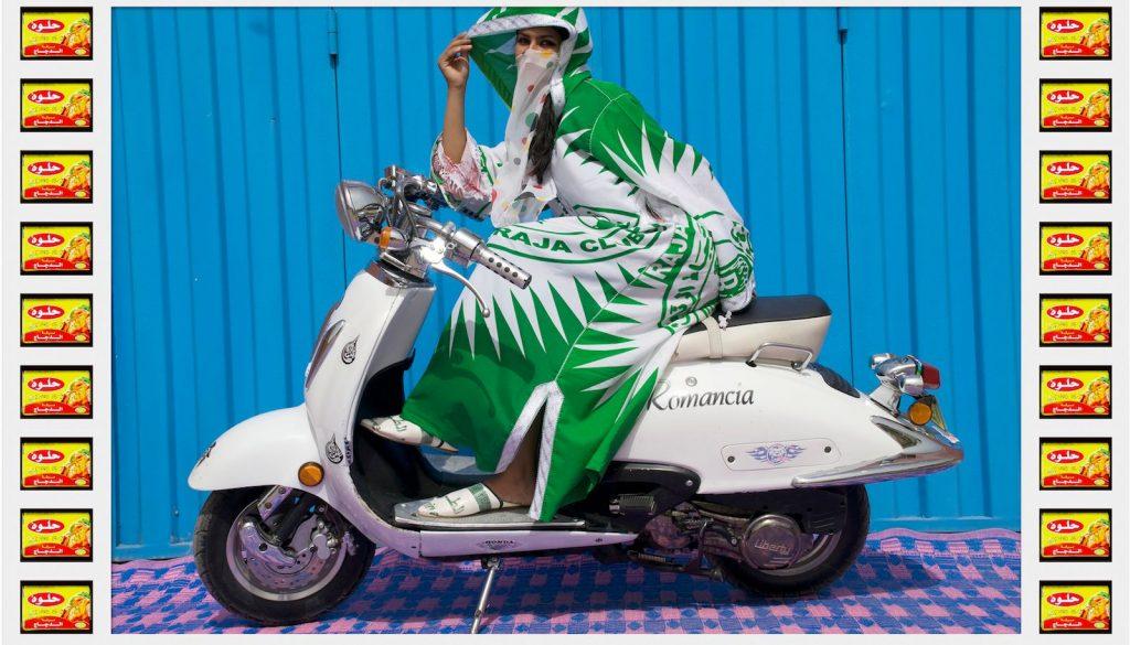 femme voilée voile couleurs moto Hassan Hajjaj regard fond colore vert scooter blanc