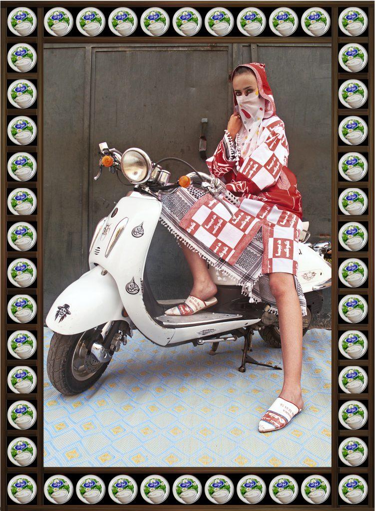 femme voilée voile couleurs moto Hassan Hajjaj regard fond colore rouge vespa blanc
