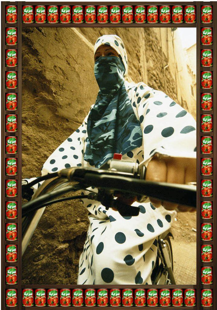 femme voilée voile couleurs moto Hassan Hajjaj regard fond colore