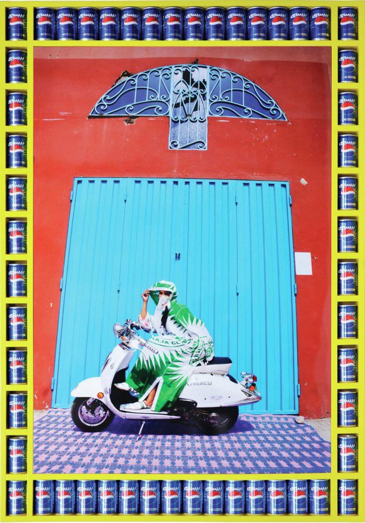 femme voilée voile couleurs moto Hassan Hajjaj regard fond colore rouge bleu