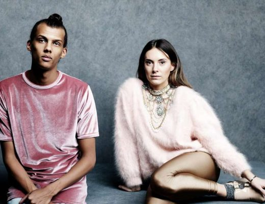 Stromae corail mosaert pull rose velours mode cheveux long collier chignon pantalon doré brillant