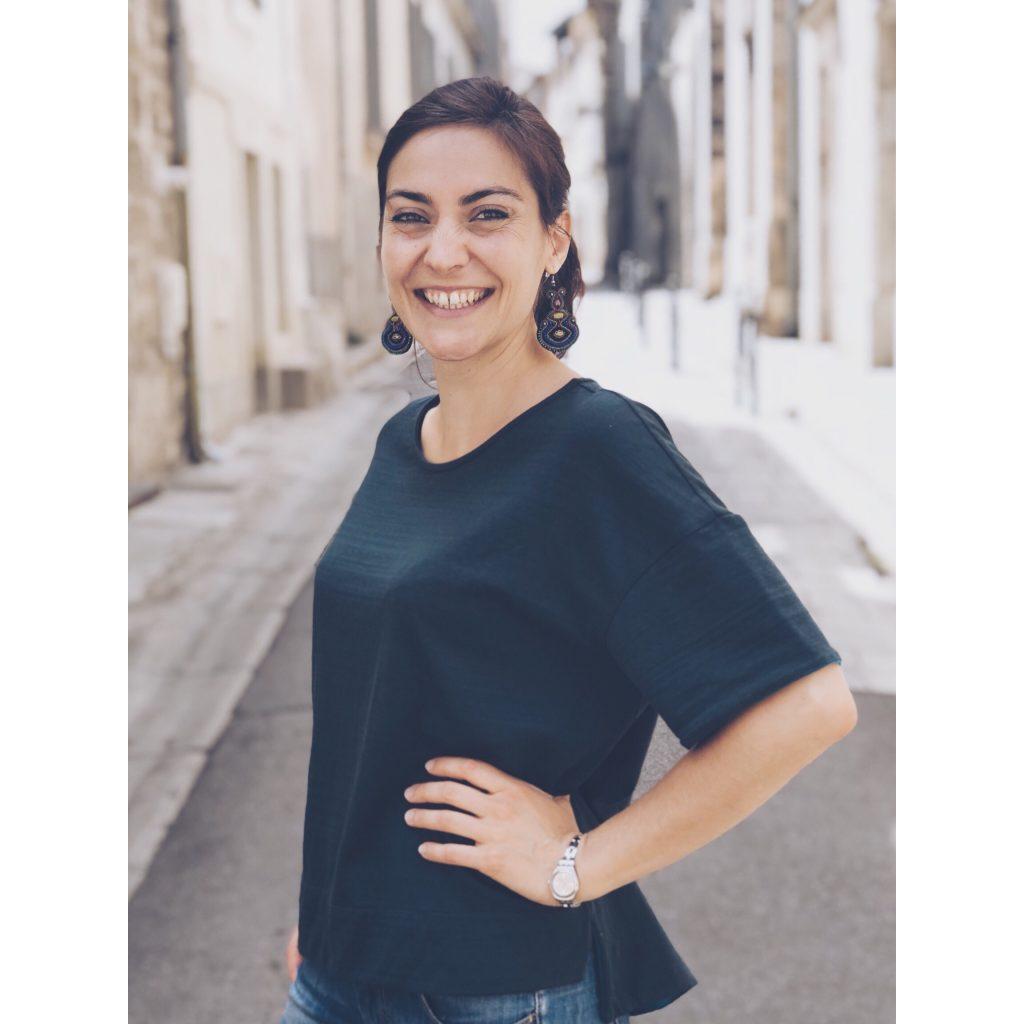 fille femme portrait t-shirt vert foncé bouteille sourire boucle d'oreilles rue Arles vielle ville cheveux attachés