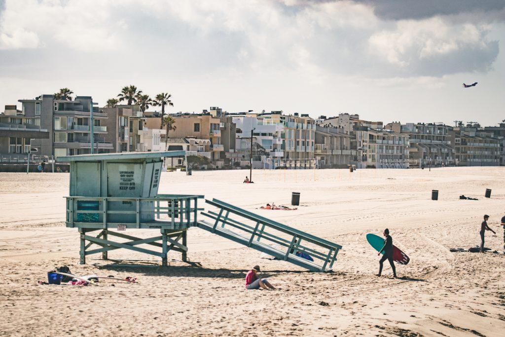 Miami Beach plage sable surf surfeur Etats-unis vert planche de surf maisons plage palmiers ciel bleu villa