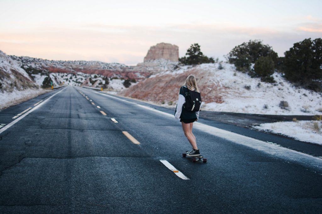 route nevada skate fille skateuse américaine états-unis short bombes route américaine road trip désert couche de soleil