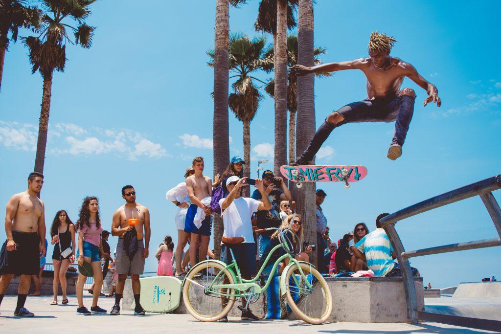 vélo americain couleurs coloré palmiers ciel bleu etats-unis Venice Beach Californie tourisme touristes shorts skatepark statuer skate